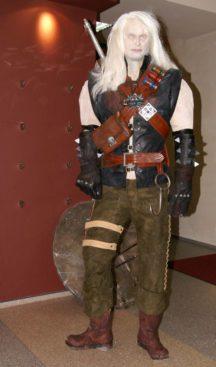 Geralt aus The Witcher als albtraumhafte Statue.
