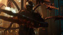 In Venom 2: Let there be Carnage treffen Eddie Brock (Tom Hardy) und sein Symbiont auf Carnage (Woody Harrelson).
